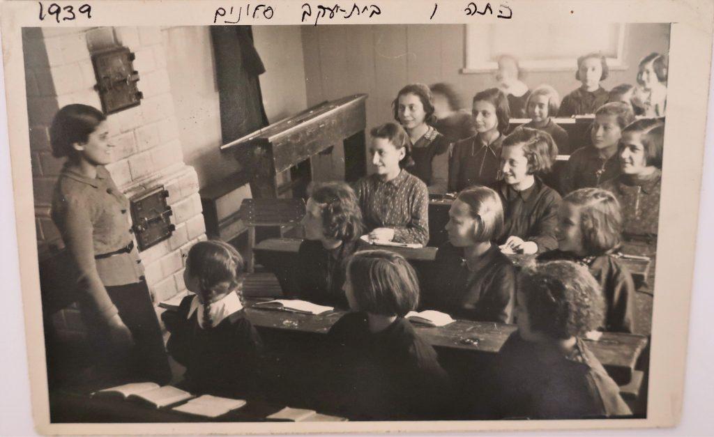 Bais Yaakov of Slonim, Sixth Grade Classroom